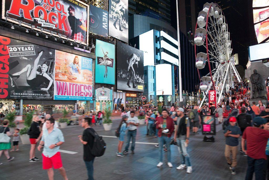 A roda gigante da Times Square em Nova Iorque está em funcionamento